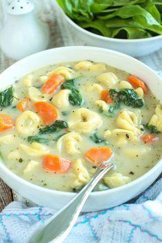 Kremowa zupa z tortellini i szpinakiem1 opakowanie tortellini z serem (250g), 120g świeżego szpinaku, 3 łyżki masła, ¼ szklanki mąki, 1 cebula, 3 ząbki czosnku, 2 duże marchewki, 1 łyżka ziół prowansalskich, 1 łyżeczka soli, ½ łyżeczki pieprzu, 7 szklanek bulionu drobiowego, warzywnego lub wody, 1 szklanka mleka,