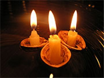 Czech Christmas tradition - floating candles in a nutshell