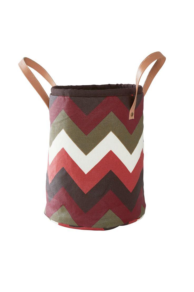 Sätt prägel på rummet med förvaringskorgar med ett självsäkert zickzack-mönster. Material: 100% bomull. Storlek: Höjd 32 cm, ø 35 cm. Beskrivning: Förvaringskorg i akrylatbehandlad bomull med tryckt mönster. Handtag av läderimitation för upphängning. Akrylatbehandlat tyg är lätt att torka av. Skötseltråd: Handtvätt. Tips/Råd: Passar till att förvara leksaker och småprylar eller varför inte använda den i hallen eller badrummet.