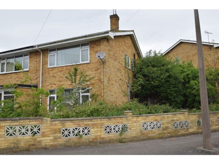 Abode UK bring to the market this modern style semi detached family home which needs full modernization. http://www.retemax.com/eastwood-road-north-leigh-on-sea-ss9-4bs-o631482.html