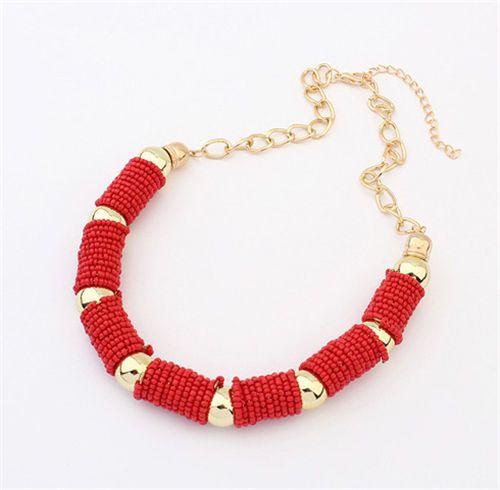 $28000- collar en chaquiras rojo coral con accesorios de metal dorado. Muy elegante
