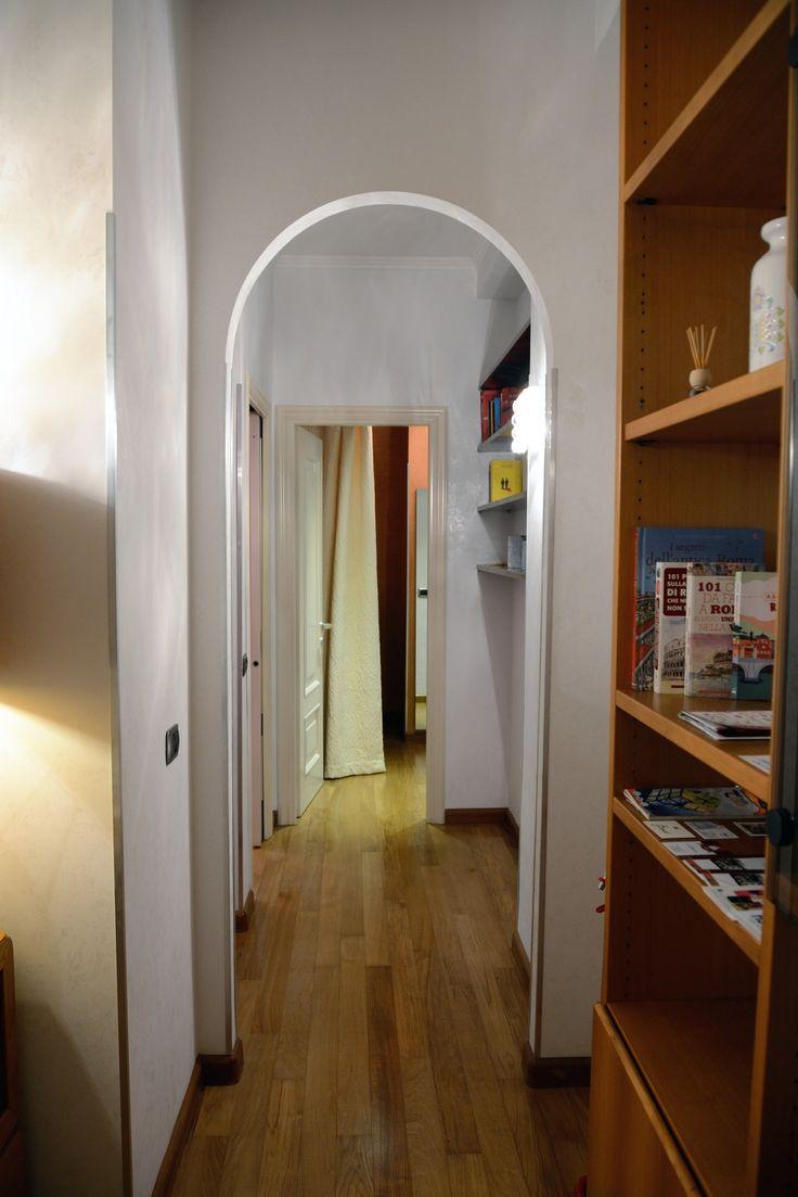 Il corridoio dall'ingresso, in fondo a destra la camera da letto e a sinistra il soggiorno, a metà il bagno -- Passage from the entrance, at the  end on the ritgh the bedroom (with a king size bed) on the left the living room; in the middle the bathroom