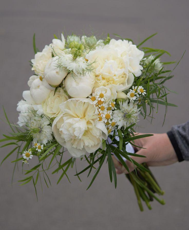 Krásna biela svadobná kytica z voňavých pivónií a ruží. #svadaobná kytica #svadba #pivonia #wedding #weddingbouquet #peonia #roses #slovakia #kvetyexpres