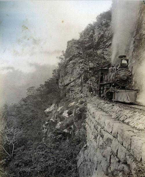 William Henry Jackson, Tunnel 8, Temascopa Canyon, Mexico, 1891,  durante una presentación en la que debía de descender de una cuerda atada a un helicóptero en movimiento.