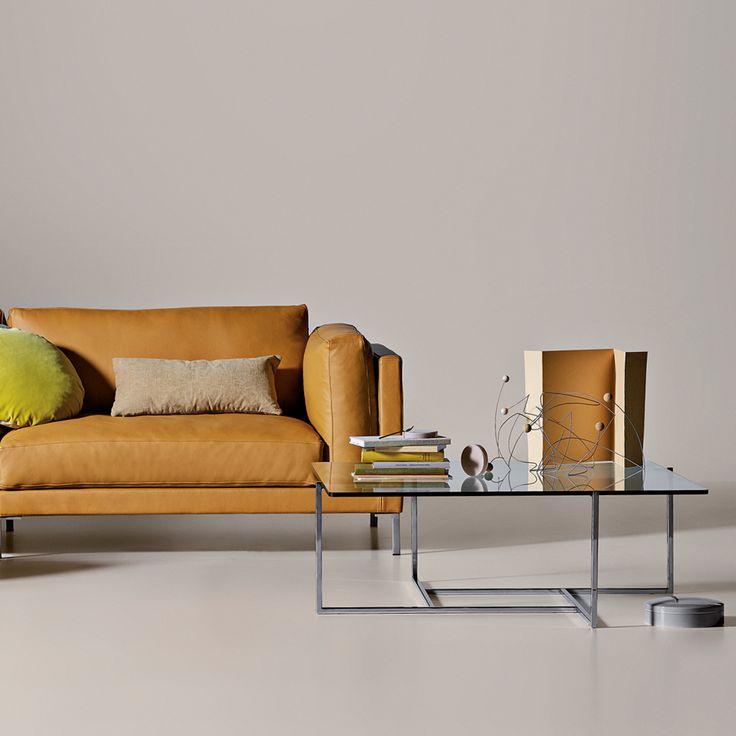 JUUL 012 soffbord är tillverkat med ett stativ i kromat eller svartlackat stål. Bordsskivan i klart glas är 12 mm tjock och finns i två storlekar. Stativet är symmetriskt sammansatt och skapar en illusion av viktlöshet.