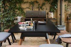 Schwarzer Esstisch, der gleichzeitig eine Tischtennisplatte ist
