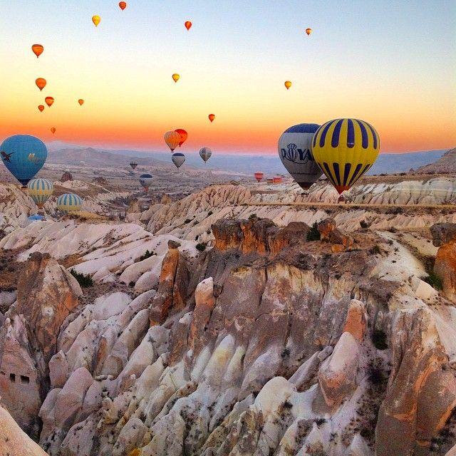 #Kapadokya #travel #turkey #tourism #traveling #travelingram #travelblog #Turkiyeballons #balloontour #bestoftheday #WHP #balloonflight #Göreme #goodmorning #Каппадокия #туризм #Турция #моебольшоепутешествие Рассвет с воздушного шара Каппадокии. by rubarnett