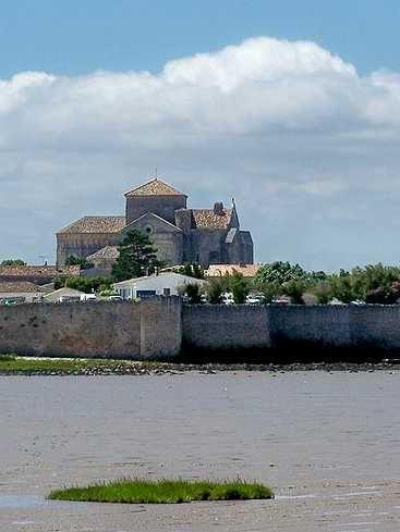 Talmont-sur-Gironde : une bastide au-dessus des flots : Talmont-sur-Gironde, qui a gardé son plan originel de bastide du XIIIe siècle, surplombe l'estuaire de la Gironde. Son histoire et sa situation géographique remarquable lui ont valu de figurer parmi les plus beaux villages de France.