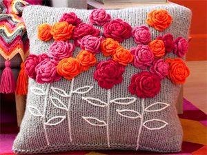Вязаная подушка с розочками