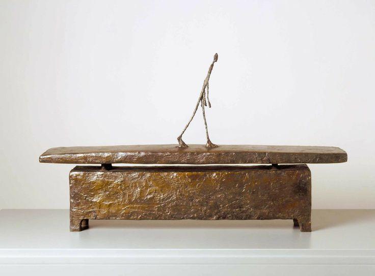 Alberto Giacometti, Moi me hâtant dans une rue sous la pluie, 1948 bronzo 46,5 x 77 x 15 cm © Alberto Giacometti Estate / by SIAE in Italy, 2014 -   See more at: http://www.tripartadvisor.it/giacometti/