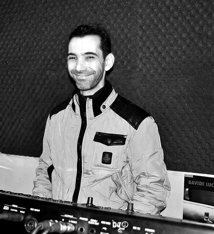 Dopo averle preparate, Danny - Danilo Cappai - pronto dietro le tastiere, febbraio 2013, sala prove. [Foto Barbara Gozzi©]
