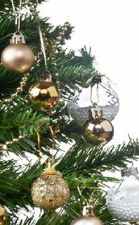 Arbol de navidad artificial de aspecto real, fabricado en PVC ignífugo de alta calidad, con 2 tipos de ramas, articuladas y flexibles. Soporte de pie incluido y facil ensamblaje. 2 años de garantia