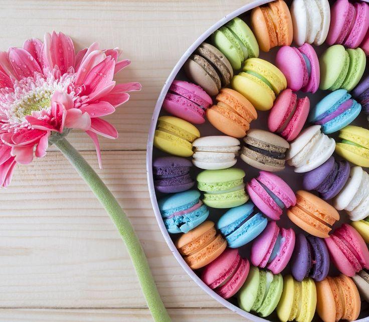 glamourhungaryEgyszerűen szeretjük az édességeket és kész. #macaron #flowers #colorful #mutimiteszel #mik #ikozosseg #iközösség #instahun #magyarig #imadom #dessertporn #desserts @melindacsati #sweetdreams #yummi #behappy
