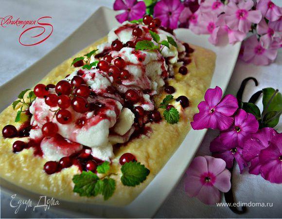 Десерт «Плавающие острова» (ILES FLOTTANTES) c ягодным соусом. Ингредиенты: ягодный сироп, сахар, сахарная пудра