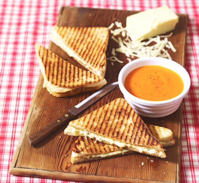 Άλλοι φτιάχνουν πλατό τυριών. Εμείς φτιάχνουμε πλατό Κρις Κρις! :p #sandwich #toast #toastedbread #bread #toastbread #plateau #cheddar #parmiggiano #parmesana #meltedcheese #cheese #lunch #snack #instafood #foodporn #yum #yummy #yummyinmytummy