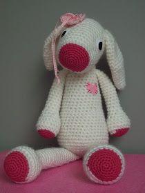 Dit is Madelief het konijn. Gehaakt van zachte wol en met haaknaald nr.5 zodat ze lekker groot is geworden,45cm. Het is geen bestaand ...