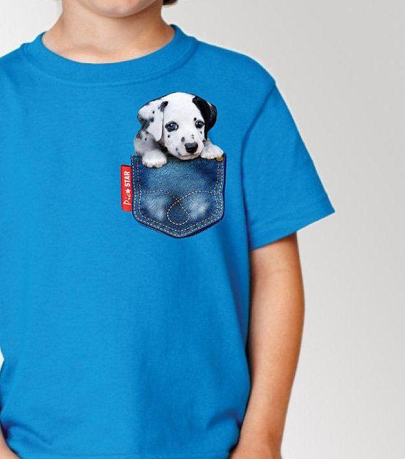 Huisdier (Dalmatische hond) in een zak van Jean T-Shirts. Kids t-shirts, tee van de kinderen, leuke hond kids t-shirts, t-shirts (echt) paar