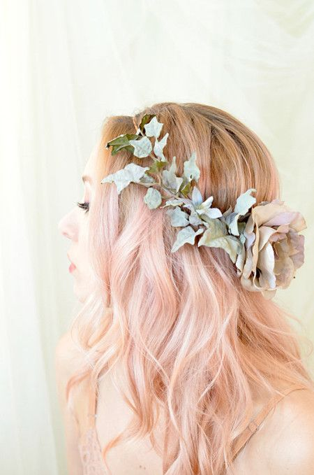 Loose Wave - 19 Gorgeous Wedding Hairstyles For Medium Hair - EverAfterGuide