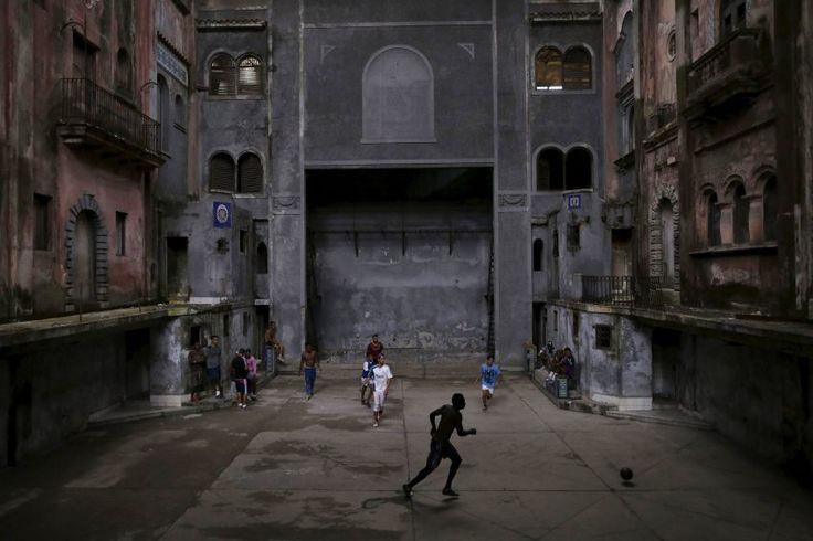 Kick-Off Kuba  (22.03.16)      Havanna zu Wochenbeginn: Unbeeindruckt von der großen Politik haben sich Nachbarn zu einem improvisierten Fußballspiel in der kubanischen Hauptstadt eingefunden. Während Barack Obama als erster US-Präsident seit 1928 zum historischen Treffen mit Staatschef Raúl Castro einflog, widmeten sie sich ihrem Lieblingszeitvertreib. Die Kulisse der Altstadt wirkt auf den ersten Blick malerisch - der Verfall der Bausubstanz allerdings macht den Cubanos allerorten zu…