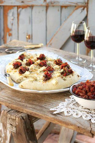 Gerookte springbok carpacio op knoffel-en-fetakaas-platbrood | SARIE | Smoked springbuck  carpacio with garlic and feta flat bread