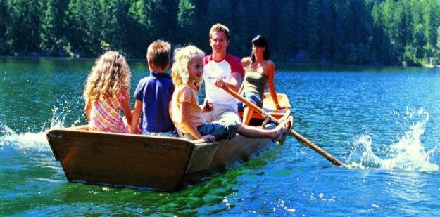 Bootsfahrt auf einem der klaren Bergseen