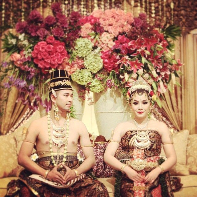 "Like a Queen and a King of Ancient Javanese Kingdom. The beautiful couple wore ""Dodot"" designed by the infamous Edward Hutabarat.  Paes Ageng by @ambarpaes and Make up by @adiadrian_ds  Photo courtesy of @lykhin81"