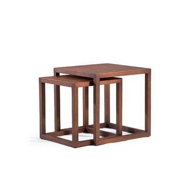 Когда сидишь в уютном кресле и смотришь любимую передачу по ТВ, рядом должна быть поверхность, на которую можно поставить чашечку кофе либо положить уставшие ноги. Журнальные столы нельзя назвать обязательным элементом интерьера, но есть моменты, когда такая мебель очень помогает и приходится кстати.
