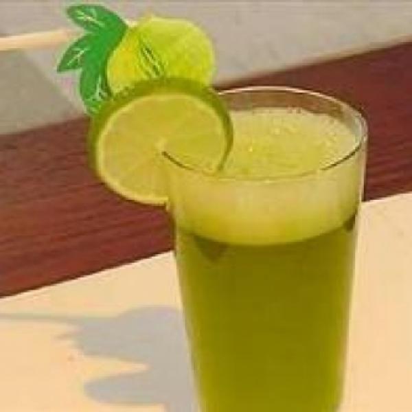 Receita de Suco refrescante de erva cidreira com limão - 1 xícara (chá) de capim cidreira picada, 200 ml de Água, Suco de 1 limão, 1 quanto baste de gelo