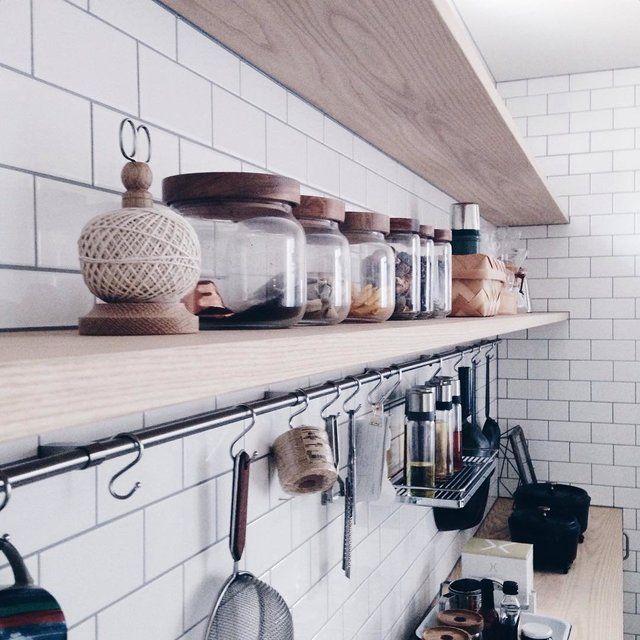 キッチンって調理器具や食器なんかの小物がいっぱいあるので、ちょっと気を抜いてるとすぐごちゃごちゃしちゃいますよね…。広いキッチンならまだ何とかなるけど、狭いキッチンだともう大変!そんなキッチンってみんなはどんな感じで収納してるんでしょうか。色々なコツがあるみたいです。