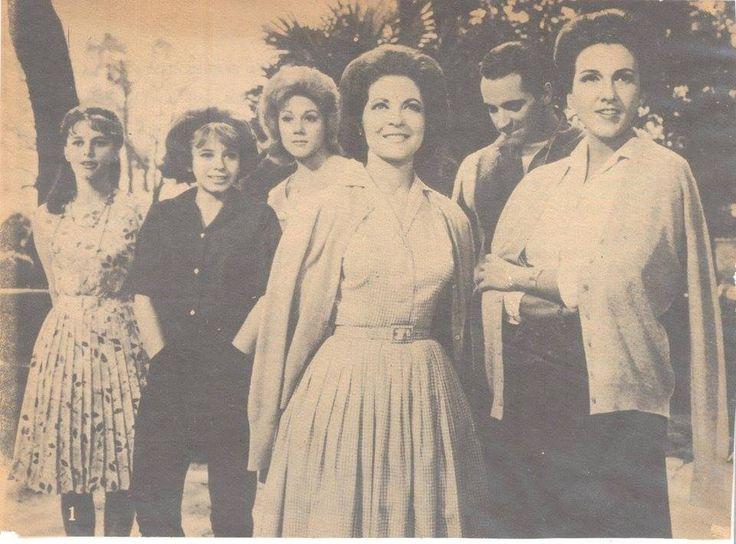"""Blanca Sànchez, Patricia Conde, Julissa, Maricruz Olivier, Julio Alemán y Amparo Rivelles en """"Los novios de mis hijas"""", dirigida por Alfredo B. Crevenna a principios de 1964."""