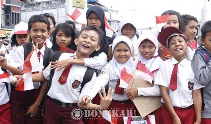 Salurkan 2.293 Kacamata Minus dan 1.500 Perlengkapan Sekolah di Hardiknas