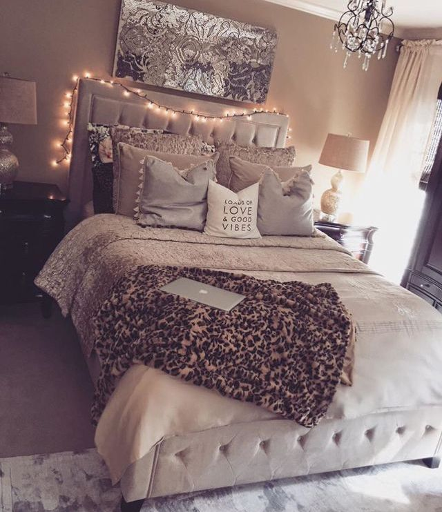 Likes side tables,  pillows,  pic on wall, deco tig,  lamps on each side