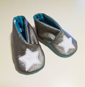 Chaussons bébé {tuto} - Couture - Pure Loisirs Free pattern and step by step Photo tutorial - Bildanleitung und gratis Schnittvorlage - for pattern click (à imprimer ici)