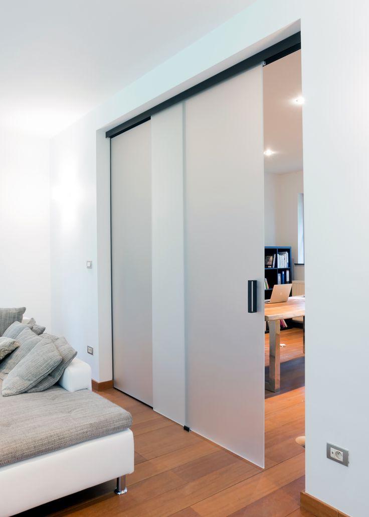 Glazen schuifdeur met zwarte bovenrail.