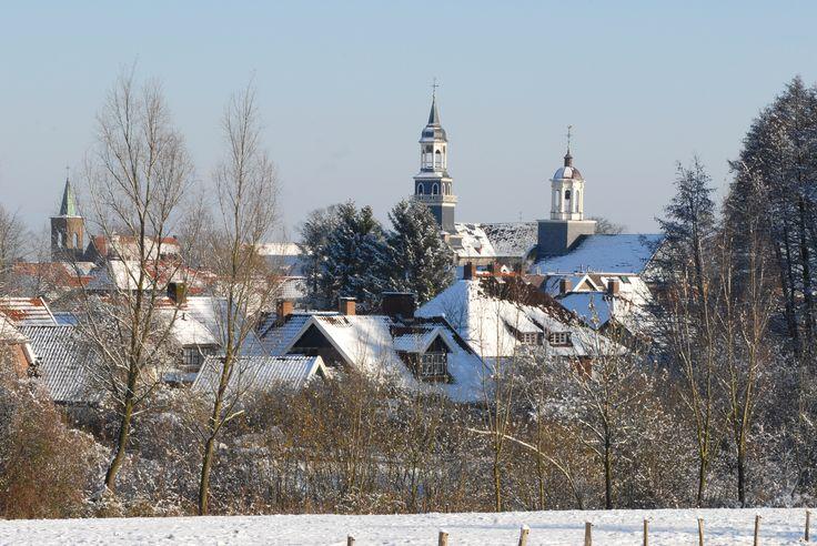 Het stadje Ootmarsum bedekt met een laag sneeuw.
