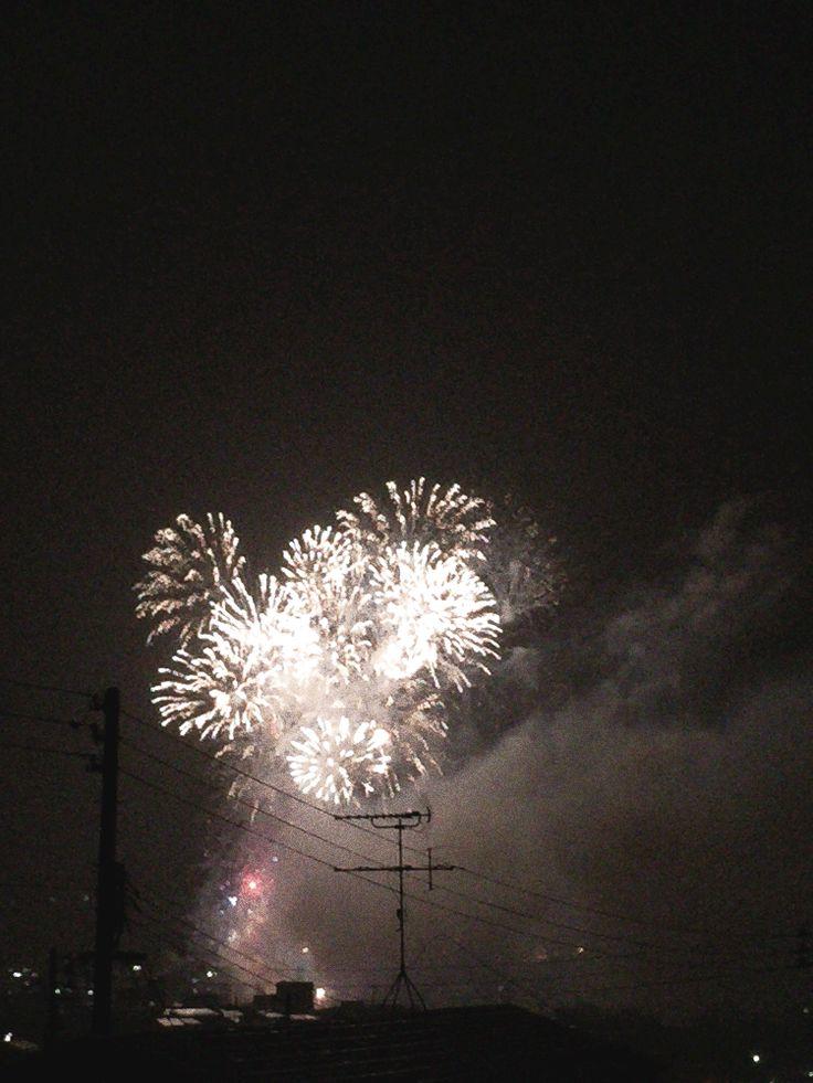 夏の夜の、町の打ち上げ花火大会の様子をアニメGIF画像作成④