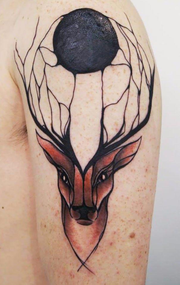 Te inspirowane naturą tatuaże opływają ciało, odzwierciedlając rysunek ludzkich żył.