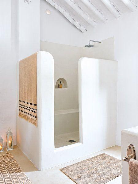 Estas duchas de obra añaden estilo y diseño al baño. Son singulares y muy especiales tanto por su tamaño como por los revestimientos que las decoran o por su ubicación. Firmadas por interioristas,...