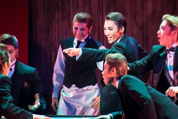 写真:「アル・カポネ」公演から、アル・カポネ役の望海風斗(中央右)=撮影・安田新之助