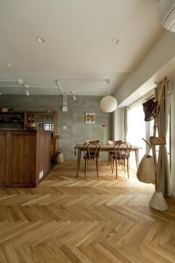 ヘリンボーンの床は温かみがあって上品な雰囲気。コンクリートの無機質な質感がよりいっそうヘリンボーンの床を引き立てています。
