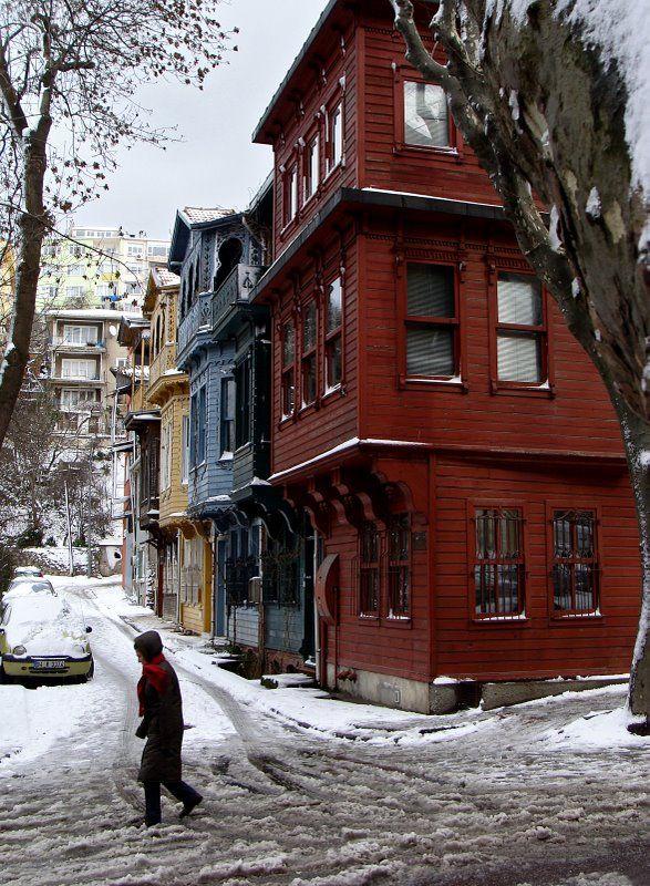 Kuzguncuk- İstanbul - looks like Ögle Bir Geçer Zaman Ki