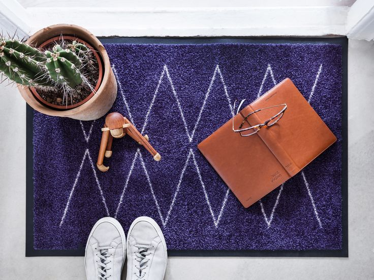 Lyn Navy doormat is inspired by the forces of nature.