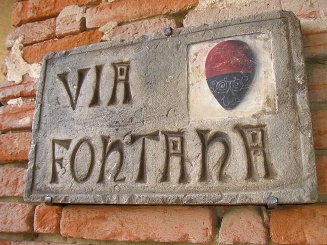 targa in pietra scolpita a mano con scritta in bassorilievo realizzabili in diverse tonalità.  www.guidoborgonovo.it