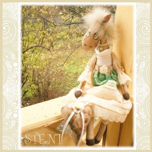 Винтажная лошадка, символ 2014 года, с легким ароматом кофе и корицы. Текстильная авторская лошадка украсит ваш интерьер к новогоднему празднику и будет оригинальным запоминающимся подарком .Сидит с опорой. Сзади есть петелька, за которую можно повесить игрушку на стену.Выполнена по авторской выкройке!рост 47 см******************************СДЕЛАЮ НА ЗАКАЗ.срок исполнения заказа 3 дня
