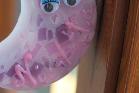 https://flic.kr/p/Nihuu9 | MEDIALUNA QUE PARECE DE MÁRMOL PARA COLGARLA – HECHA DE CERA | Medialuna hecha de cera, que parece de mármol. Sus colores son: violeta, rosa y blanco. Con aceite 100% natural de menta. Decorada con el nombre de la niña escrito en 3D a mano alzada, una cinta rosa y dos ojos de plástico que se mueven. Tamaño: 110 x 55 mm.  Artesanal.  También en:  www.ilmiomondoincera.com