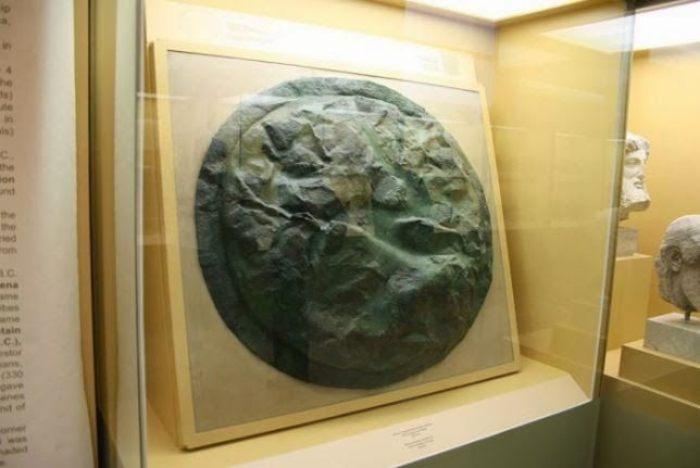 Escudo de bronce espartano, con marcas de golpes, que participó en la batalla de Pilos, el año 425 antes de Cristo. Museo del Antiguo Ágora de Atenas
