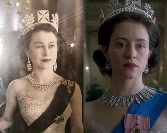 """Parece que a Netflix fez direitinho a lição de casa, não acham?! À esquerda, temos a jovem rainha Elizabeth II, em foto de 1952/53. À direita, a atriz Claire Foy, que interpreta a monarca na série """"The Crown""""."""
