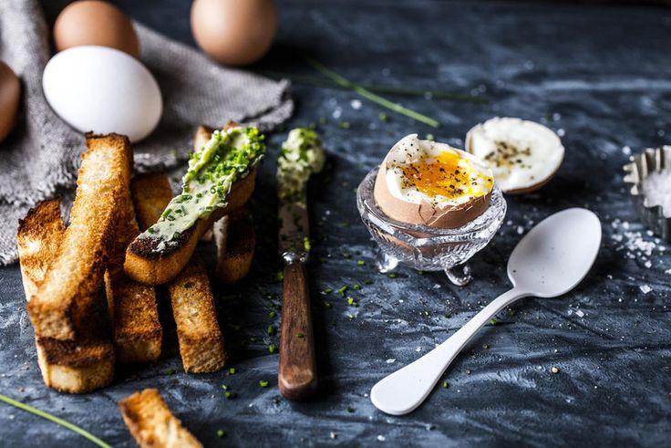 Bløte egg med brødsoldater og gressløksmør