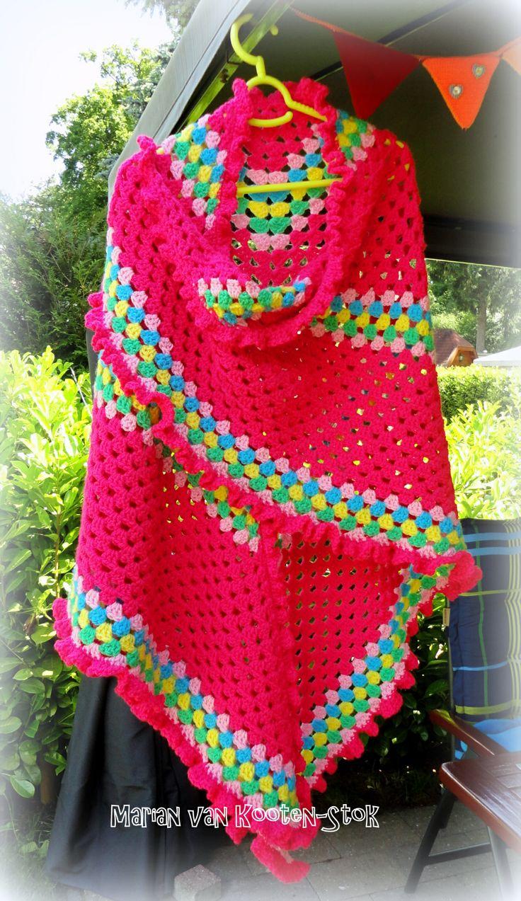 Voor deze omslagdoek heb ik een gratis Drops patroon gebruikt http://www.pinterest.com/pin/126734176987314798/ De ruche heb ik als volgt gehaakt: eerst de hele sjaal omgehaakt met vasten, daarna in iedere vaste, 1 stokje - 1 losse - 1 stokje - 1 losse.