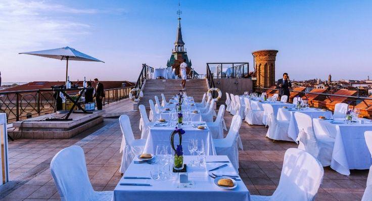 Fiore all'occhiello dell'Hilton Molino Stucky Venice è la terrazza panoramica dove avvengono i più glamour dei party della laguna. Tra i vip...